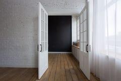 Geopende witte deuren in lege ruimte Royalty-vrije Stock Foto