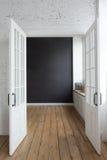 Geopende witte deuren in lege ruimte Stock Foto