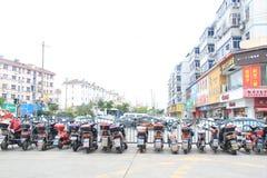 Geordnete Elektroautos geparkt stockbild