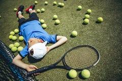 Geordnetes Kind, das nach Tennis stillsteht stockbild
