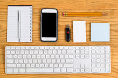 Georganiseerde Desktop met kantoorbehoeften en hulpmiddelen voor dagelijks werk stock foto