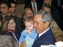 George Bush con el niño Fotografía de archivo libre de regalías