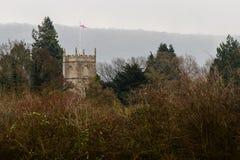 George cruza la bandera sobre Bathampton, iglesia de San Nicolás Imágenes de archivo libres de regalías