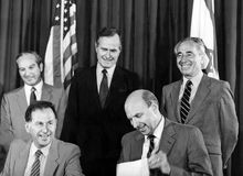 George H W Bush y Shimon Peres Foster American-Israeli Diplomacy Foto de archivo
