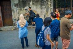George Town, Malaysia - 10. März 2017: Kleine Kinder auf einem Fahrrad, populäre Wandstraßenkunst die unbekannte Touristen Lizenzfreie Stockfotos