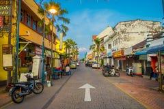 George Town Malaysia - mars 10, 2017: Streetscapesikten av färgrikt shoppar och dagligt liv av den andra - största staden in Royaltyfri Fotografi