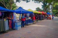 George Town Malezja, Marzec, - 10, 2017: Sprzedawcy uliczni sprzedaje kolorowych ubrania, tkaniny i pamiątki w mieście, Obrazy Stock