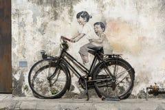 George Town Penang, Malaysia, December 19 2017: Små barn för ` på en konst för cykel`-gata Royaltyfria Bilder