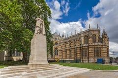 George V monument och Westminster abbotskloster, London, England Arkivfoto