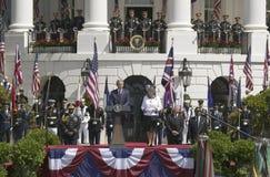George W. Bush, der mit Königin Elizabeth II steht nach links sein während des Staatsangehörigen spricht Lizenzfreie Stockbilder