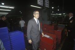 George W Forre a los trabajadores que visitan en las tecnologías de Aavid, Laconia, NH, enero de 2000 Fotografía de archivo