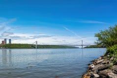 George Washington Bridge, el GWB, el Upper Manhattan de conexión y el New Jersey, con Hudson River en el primero plano fotos de archivo