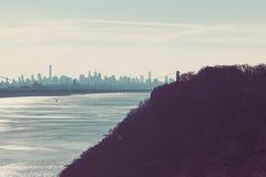 George Washington Bridge y el horizonte de Nueva York de palizadas fotografía de archivo libre de regalías