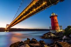 George Washington Bridge y el pequeño Lighth rojo Imagenes de archivo