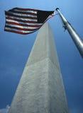 George Washington Monument mit amerikanischer Flagge lizenzfreies stockfoto