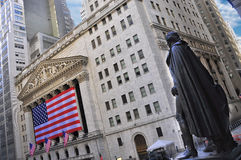 GEORGE WASHINGTON AT THE NYSE. A shot of the gorge Washington statue looking at the new york stock exchange building Royalty Free Stock Photos