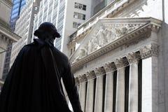 George Washington osservando l'edificio di New York Stock Exchange Fotografia Stock Libera da Diritti