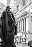 George Washington osservando l'edificio di New York Stock Exchange Fotografie Stock Libere da Diritti