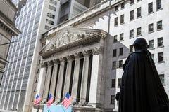 George Washington osservando l'edificio di New York Stock Exchange Immagine Stock Libera da Diritti