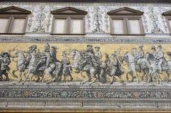 Georgentor e a procissão do mosaico dos príncipes na fachada da construção em Dresden, Alemanha imagens de stock royalty free