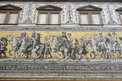Georgentor och processionen av prinsmosaiken på byggnadsfasaden i Dresden, Tyskland royaltyfria bilder