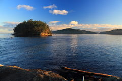 Georgeson ö i aftonljus, golföar nationalpark, British Columbia Fotografering för Bildbyråer