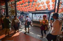 GEORGETOWN ÅR för DAG för PENANG-/MALAYSIA—MÅNAD: Kines ber med Fotografering för Bildbyråer