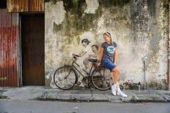 Georgetown, Malaysia - 7. September 2016: Tourist mit Straßenkunst Lizenzfreies Stockfoto