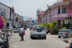 Georgetown, Penang, Malásia - 18 de abril de 2016: condução de passeio local dos povos e dos carros em torno da rua Foto de Stock Royalty Free