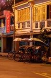 Georgetown, Penang, Malasia - 18 de abril de 2015: Carrito local de la obra clásica en George Town por noche Fotos de archivo libres de regalías