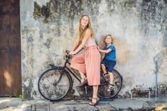 Georgetown, Penang, Malaysia - 20. April 2018: Mutter und Sohn auf einem Fahrrad Namen-Kinder Kunst der öffentlichen Straße auf e Lizenzfreie Stockfotografie