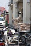 GEORGETOWN, PENANG, MALEISIË - April 18, 2016: Partij van kippenei op een autoped wordt verpakt die op klant dichtbij een kleine  Stock Afbeeldingen