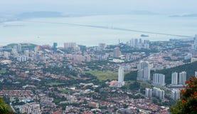Georgetown zoals die van Penang-Heuvel op een zonnige dag wordt gezien Royalty-vrije Stock Foto's