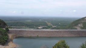 Georgië, Carter Lake, a-pan over Carter Lake Dam en de mening voorbij de dam stock video