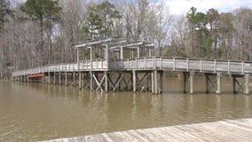 Georgië, Cauble-Park, het vooraanzicht van de houten brug die de inham kruist stock videobeelden