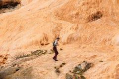 georgië De toeristenmens komt aan de Kant van de weglentes Rood Mineraalwater Stock Foto's