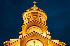 Georgië, Tbilisi - 05 02 2019 - De heilige kathedraal van Drievuldigheidssameba othodox Nachtmening - close-up stock afbeelding