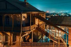 Georgië, Tbilisi - 05 02 2019 - Nacht in oud de stadsdistrict van Tbilisi Oude houten architectuur - Nachtbeeld royalty-vrije stock foto