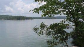 Georgia, озеро Картер, сигнал a вне от далеко берега озера Картер сток-видео