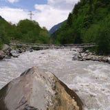 Georgia berg och flod i sommartid Arkivbilder