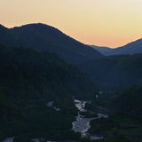 Georgia berg och flod i sommartid Arkivbild