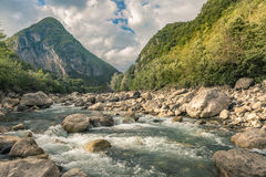 georgia Bergfloden i en dal Arkivfoto
