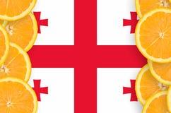 Georgia flagga i vertikal ram för citrusfruktskivor arkivfoton