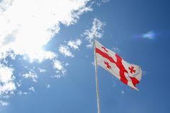 Georgia flagga under himlen Arkivbilder