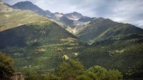 Georgia, Gruzia, Mestia, kullar och berg Arkivbild