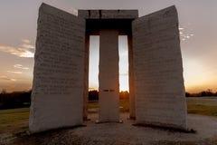 Georgia Guidestones bij zonsondergang Stock Afbeeldingen