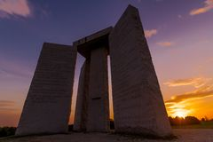 Georgia Guidestones bij zonsondergang Stock Foto's