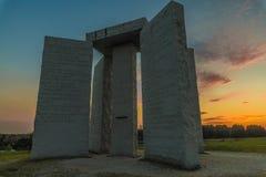 Georgia Guidestones bij zonsondergang Royalty-vrije Stock Afbeelding