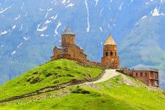 georgia Kazbegi Gergetis kyrka i Stepantsminda caucasus Arkivbilder