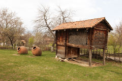 Georgia lantligt hus med stora vinfat Fotografering för Bildbyråer